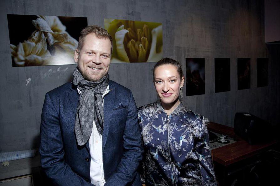 Näyttelijä Antti Luusuaniemi vilahtelee tätä nykyä vähän jokaisessa kotimaisessa tv-sarjassa ja elokuvassa. Vieressä näyttelijä Elsa Saisio, joka on kirjailija Pirkko Saision tytär.