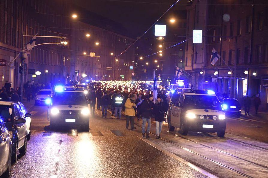 Poliiseja on paljon paikalla seuraamassa kulkueen etenemistä.