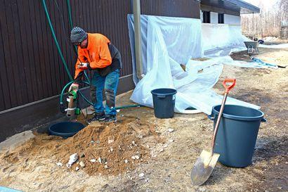 Talon ympärille kaksi kerrosta muovia ja pumput nurkkiin – Saarenkylässä aurinkoinen helatorstai sujui varautumisessa suurtulvaan