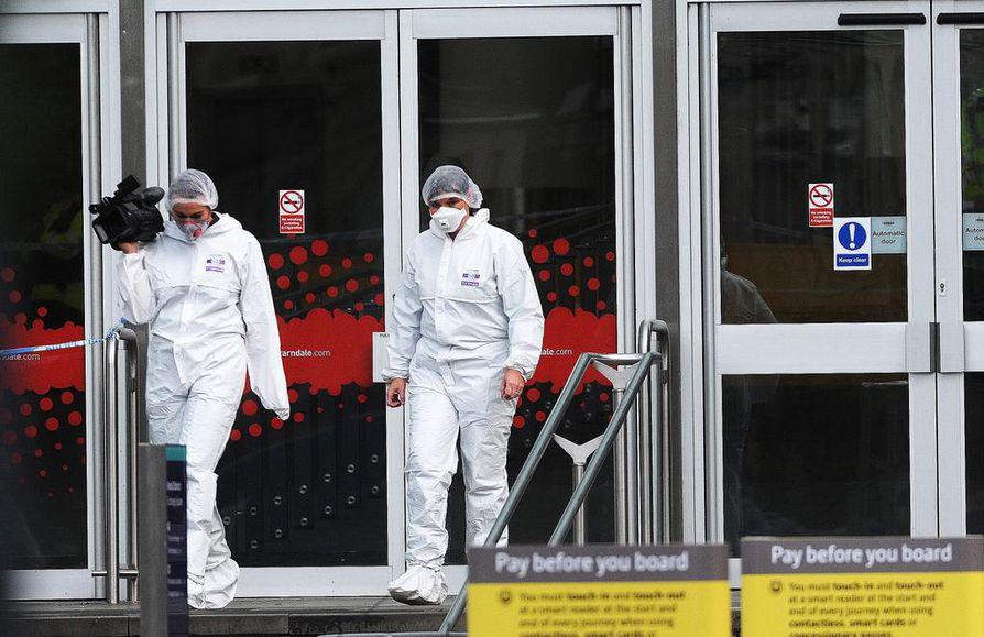 Rikostekniset tutkijat tarkastelivat tapahtumapaikkaa, jossa tiettävästi viisi ihmistä loukkaantui veitsellä tehdyssä hyökkäyksessä perjantaina Manchesterin keskustassa Britanniassa. Loukkaantuneista kolmea puukotettiin.
