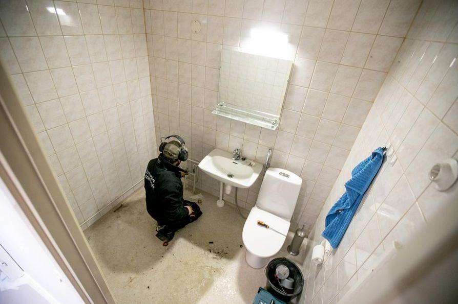 Putkimiestä tarvittiin tulppaamaan putket. Kaakelimaalit ja maalaustyö tämänkokoiseen kylpyhuoneeseen maksavat noin tuhat euroa. Lisäksi tulee uusien kalusteiden hinta. Asukkaat pystyivät asumaan kodissaan remontin aikana ja ovat uudistukseen erittäin tyytyväisiä.