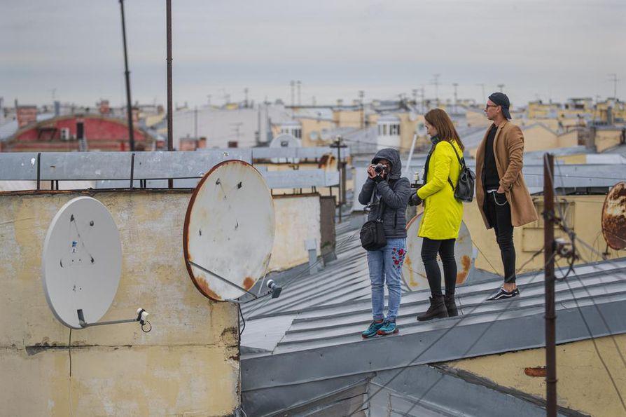 Ennen tätä vuotta Pietarin katoille ei ollut virallisesti asiaa. Viranomaiset sulkivat kaupungin katoille johtavat portaikot ja naulasivat kattoluukut kiinni elokuussa 1997.