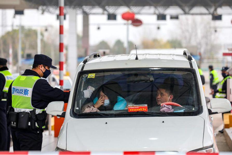 Lämpömittaus on pakollinen toimenpide Wuhaniin ja sieltä pois johtavilla ajoreiteillä.