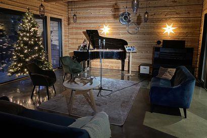 Oulunsalolaislähtöinen baritoni Joose Vähäsöyrinki kehitti studiolleen kymmeniätuhansia katsojia keränneet virtuaalikonsertit  – perjantaina on vuorossa joululaulutoiveiden ilta