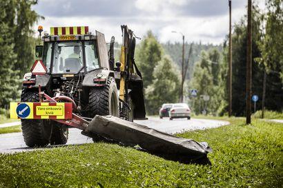 Tienvarsien niittäminen on aloitettu Lapissa –  autoilijan on syytä varoa niittokoneista mahdollisesti sinkoavia kiviä