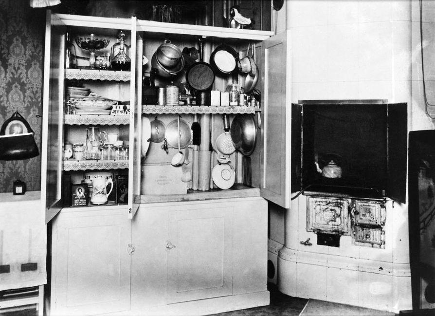 Työväki asui 1920-luvulla ahtaissa hellahuoneissa, joissa oli tilanpuutteen vuoksi hyödynnettävä kaikki tila.