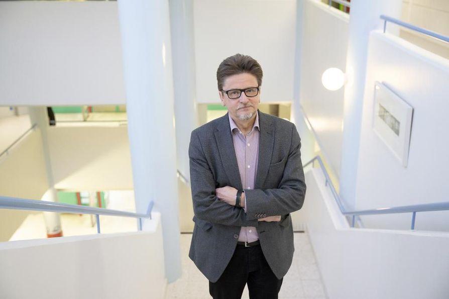 Anssi Paasi on toiminut Oulun yliopiston maantieteen professorina vuodesta 1989. Hänen tutkimusalansa on poliittinen maantiede ja rajatutkimus.
