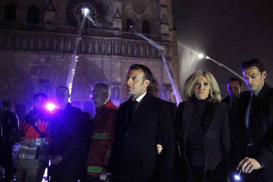 Presidentti Emmanuel Macron ja hänen puolisonsa Brigitte Macron tulivat palopaikalle maanantai-iltana.