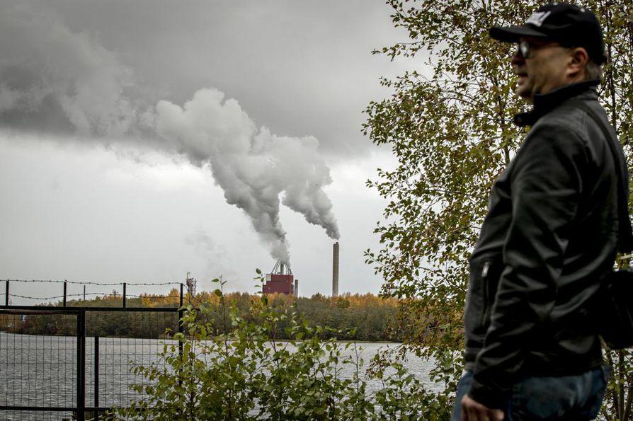 Pikisaaresta Rommakonselän yli katsottaessa maisemaa hallitsevat tehtaan tupruavat piiput.