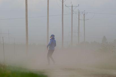 Lukijoidet kuvat: Myrskytuuli pöllytti hiekkaa ja riepoi puita