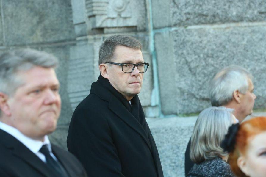 Entinen pääministeri Matti Vanhanen osallistui siunaustilaisuuteen.
