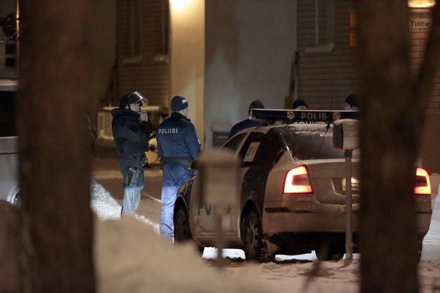 Kirvessurmaaja pakeni poliisia Myllyojalla sijaitsevaan kerrostaloasuntoon. Poliisin mennessä sisään asuntoon mies löi poliisia kirveellä kypärään.