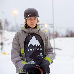 Oululainen lumilautailijalupaus Topias Joensuu laskee kohti ammattilaisuutta