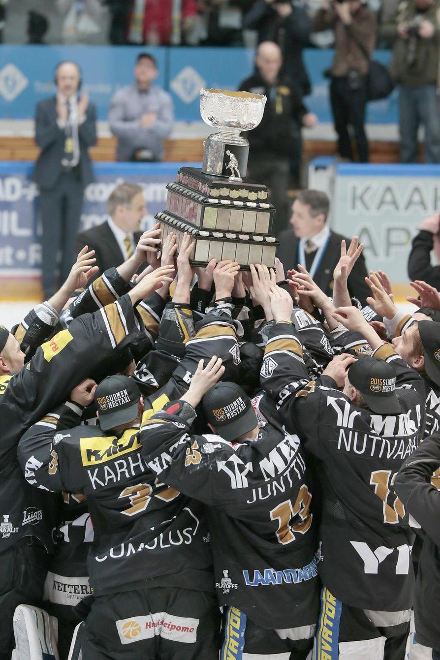 Kärpät ja Suomen mestarille kuuluva Kanada-malja eli Poika vuonna 2015. Kärpät voitti Tapparan ratkaisevassa ottelussa maalein 2–1.