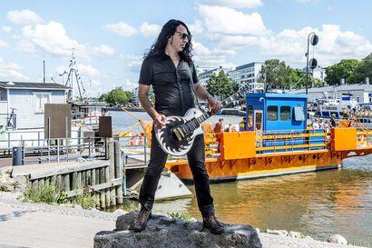 """Heviyhtye W.A.S.P:n kitaristi Douglas Blair löysi onnensa Suomesta: asuu laivassa Turussa, opettaa nuoria ja opiskelee itse Ikaalisissa – """"Elän kitarani kautta"""""""