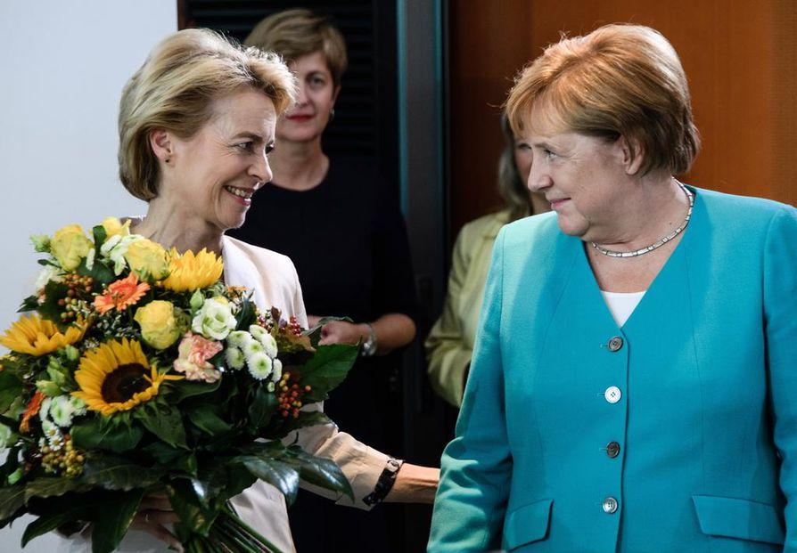EU-komission puheenjohtajaksi valittu Saksan väistyvä puolustusministeri Ursula von der Leyen (vas.) sai tuoreeltaan onnittelukukat Saksan liittokansleri Angela Merkeliltä. Von der Leyen tekee historiaa nousemalla ensimmäisenä naisena EU-komission johtoon.