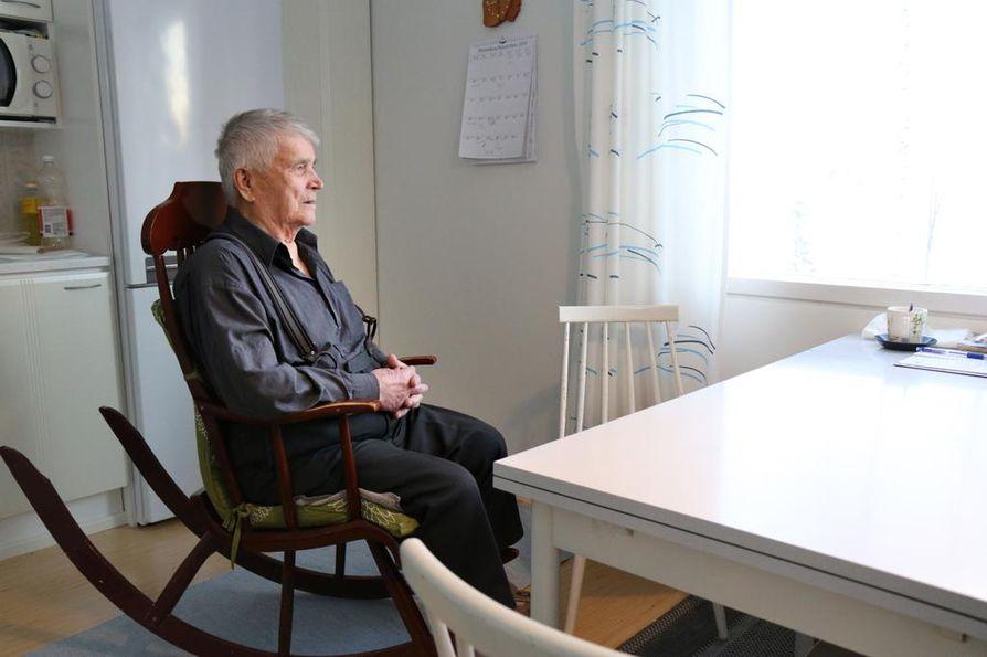 Kalle Sukuvaara on asunut yksin puolisonsa Anna-Marin kuoltua keväällä 2016. Sosiaalinen mies viihtyy ihmisten ilmoilla.