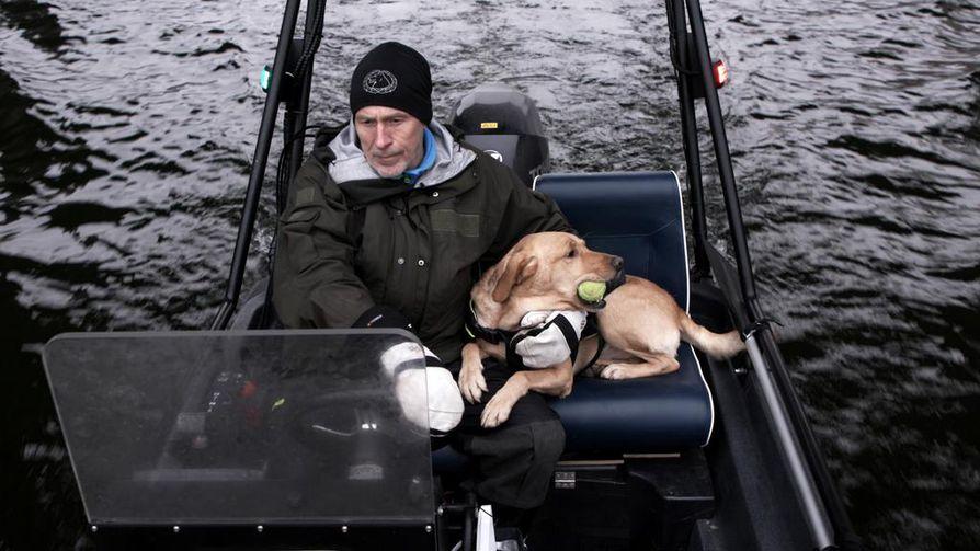 Ruotsalaispoliisi Lars-Göran Eriksson osallistui Kim Wallin etsintöihin ruumiskoira Acensa kanssa.