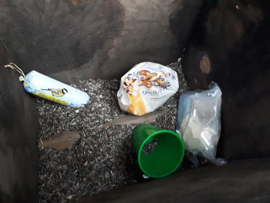 Huumeita löytyi piilotettuna linnunruokintapönttöön yleiseltä alueelta Pohjois-Helsingistä joulukuussa 2017.