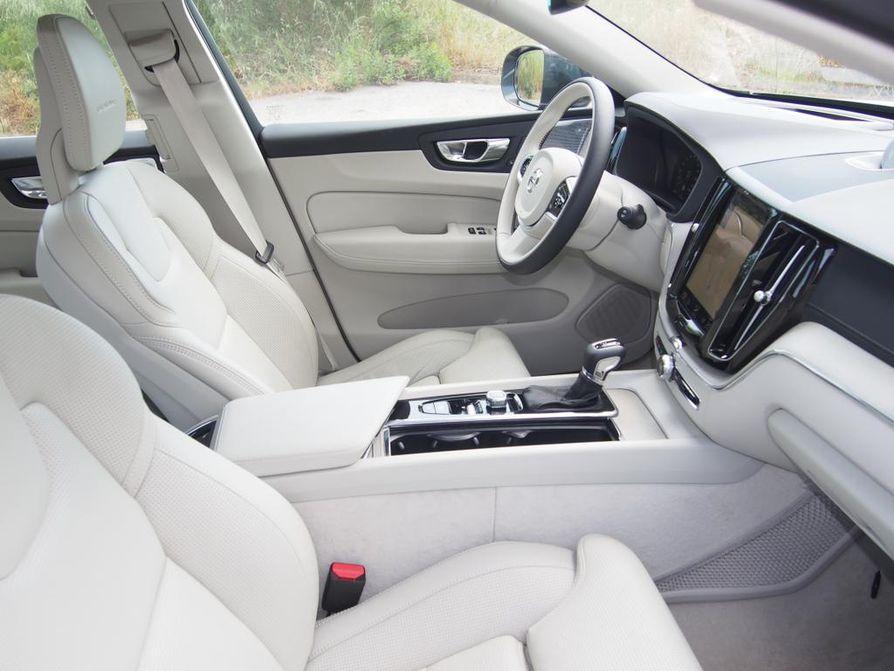 Selkeä, valoisa ja ergonominen sekä mahdottoman mukavat istuimet. Näistä aineksista syntyy auton moderni skandinaavinen sisustus.