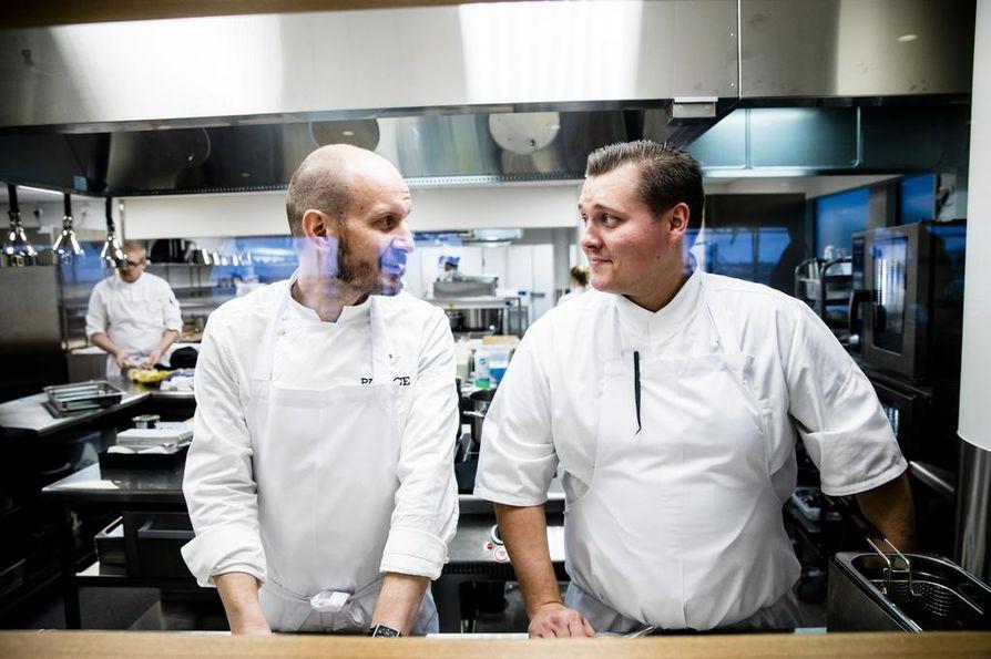 Hans Välimäki ja Eero Vottonen ovat parivaljakkona takaisin, nyt uudistuneen Palacen keittiössä. Miehet tarjoilevat annoksia myös pöytiin, mikä on heistä erityisen hauskaa.