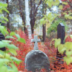 Lauantaina hiljennytään pyhänpäivän äärelle – Edesmenneitä muistetaan haudoille kynttilöitä vieden