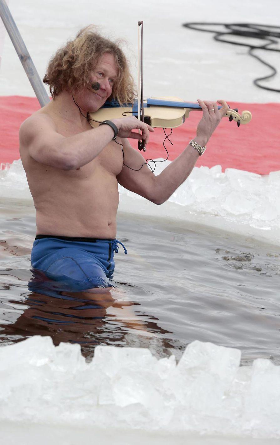 Jari Suomalainen ui Kaliforniassa avannon puutteessa Tyynenmeren kylmässä vedessä. Vuoden 2015 Polar Bear Pitching -tapahtumassa Oulussa hän soitti viulua avannossa.