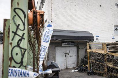 Poliisi tutki jengiläisen autoa moottoripyöräkerhon ulkopuolella samaan aikaan, kun jengitiloissa oli käynnissä paloittelumurha