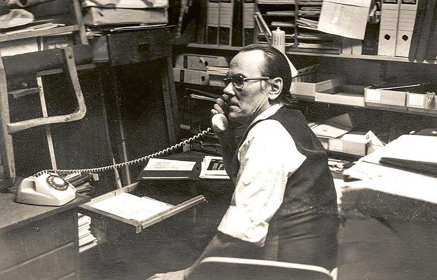 Toimitusjohtaja Yrjö Saraste Radio-Mikron Helsingin Yrjönkadun myymälän takahuoneessa 1960-luvun lopussa.