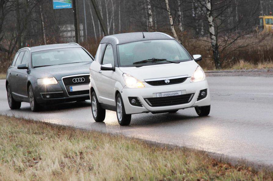 Tukkona vai ei? Moni haluaisi nostaa kevytautojen nopeusrajoituksen 60 kilometriin. Mopoautot saavat ajaa vain 45 kilometrin nopeudella.