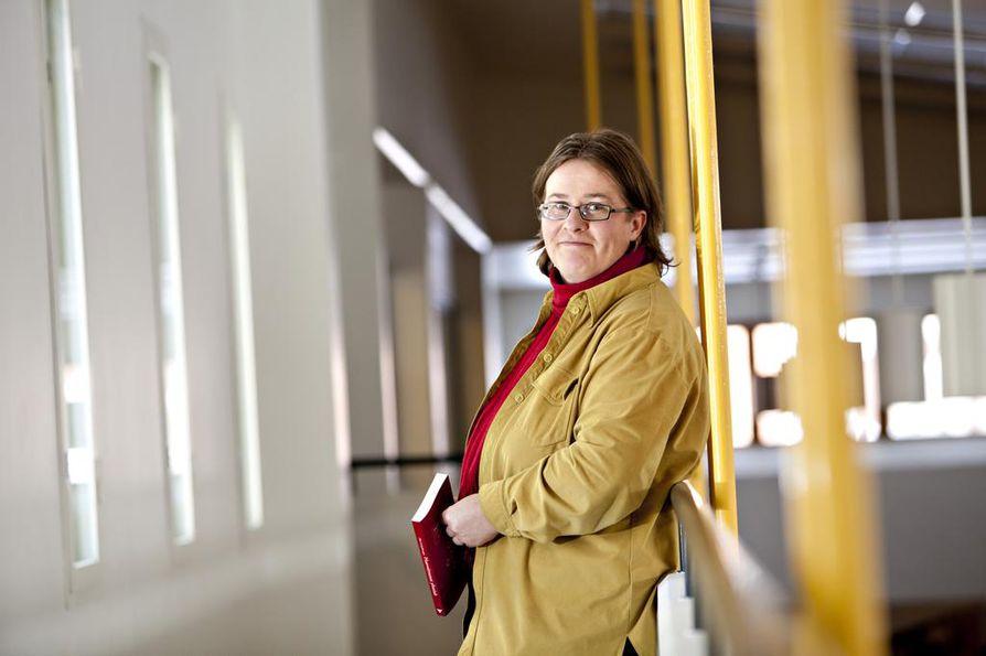 Lapin yliopiston tutkija Aini Linjakumpu on tutkinut vanhollis- lestadiolaisten herätyskokouksia ja niiden jättämiä jälkiä. Tutkijan  mukaan hoitokokousten jättämät jäljet on selvitettävä.