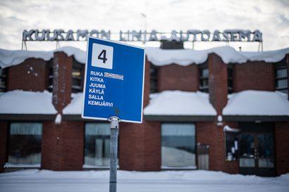 """Matkustajat ajavat takseilla linja-autoja kiinni Kuusamossa – Kaupunginjohtaja: """"Olemme neuvotelleet linja-autoyhtiöiden kanssa yhteisestä lähtöasemasta, mutta heillä on eri näkemykset linja-autojen lähtöpisteistä"""""""