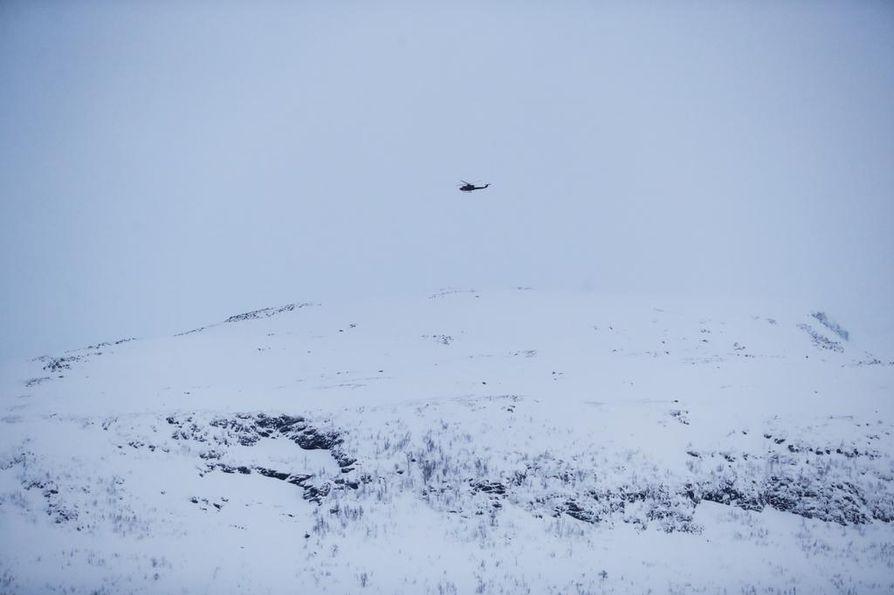 Lumivyörypaikantimien signaalit havaittiin alueen yläpuolella lentäneestä helikopterista.