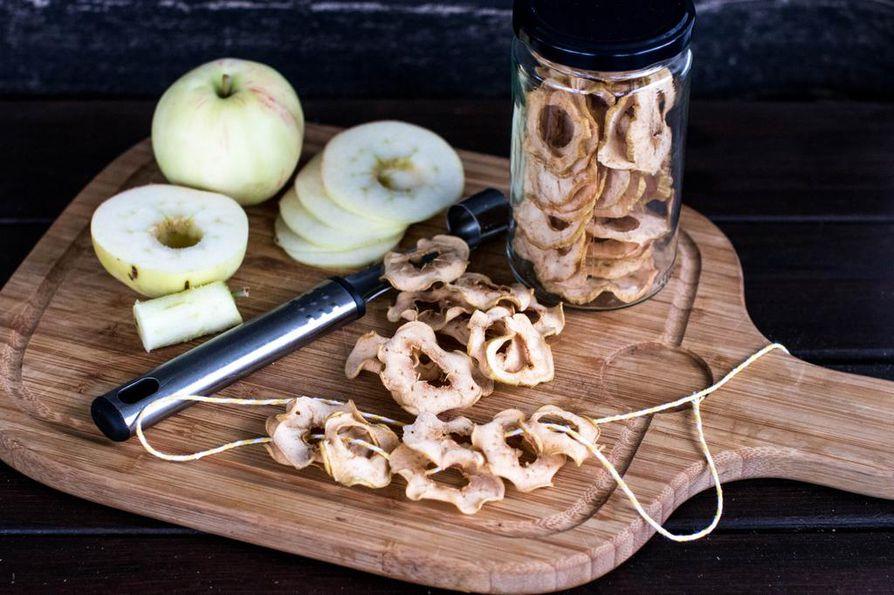 Omenasipisit kuivavat uunissa kiertoilmalla rapeiksi noin kolmessa tunnissa.