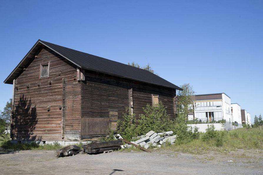 Toppilansalmen historia satama- ja teollisuusalueena pilkahtelee paikoin näkyviin.
