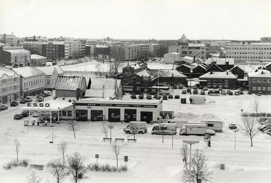 Oulun keskustassa oli takavuosikymmeninä useita huoltoasemia. Kauppatorin Esso sai lähtöpassit vuonna 1993.