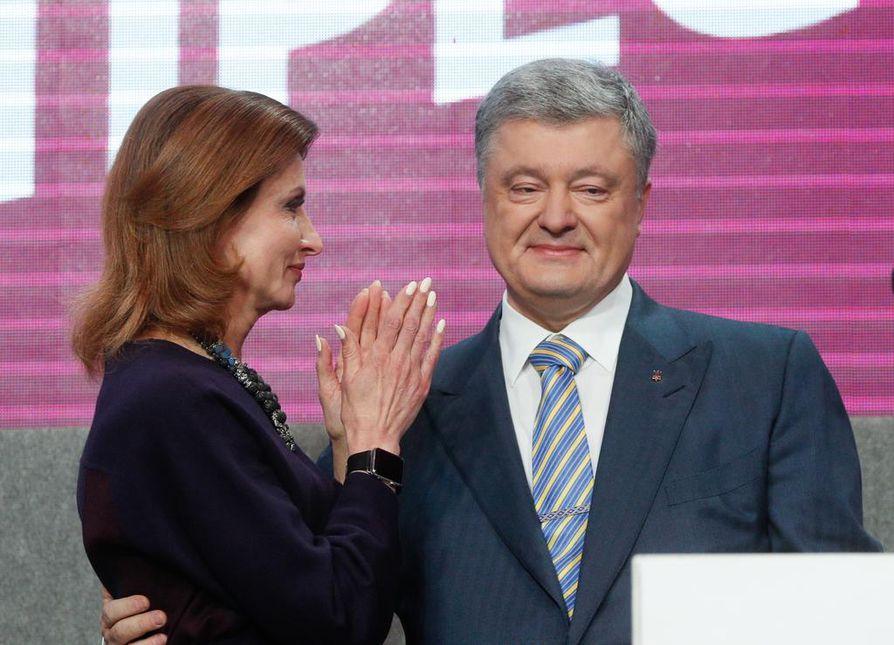Presidentti Petro Poroshenko hävisi vaalit ja sai lohdutusta vaimoltaan Marinalta (vas.) sekä tukijoiltaan. Poroshenko joutui tunnustamaan tappionsa heti ovensuukyselyjen tulosten tultua.