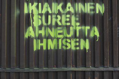 Oulun yliopiston professori Vesa Puuroselle tuomio vahingonteosta – Voimalaitoksiin graffiteja maalannut professori sai maksettavakseen sakot ja isot korvaukset