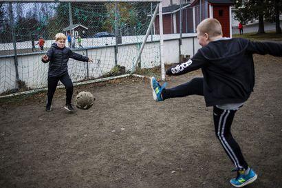 25 kilometriä lisää koulumatkaa, liian isoja ryhmäkokoja – Vanhemmat vastustavat kyläkoulujen lakkautusaikeita Rovaniemellä