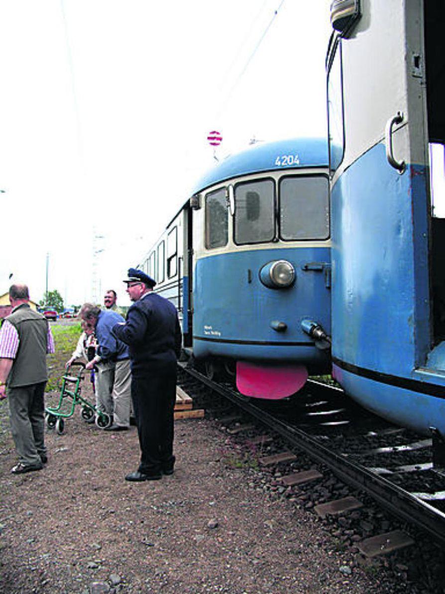 Henkilöjunan saapuminen Raahen asemalle on harvinainen näky. Edellisen kerran juna toi matkustajia Raaheen elokuussa 1999 radan satavuotisjuhlien merkeissä.