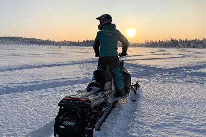 Moottorikelkan jälki lumessa ei välttämättä näytä kummoiselta: pakkautuneen lumipeitteen alla piilevät vahingot, jotka paljastuvat vasta lumen sulaessa – poliisi kehottaa varmistamaan, missä ajaa