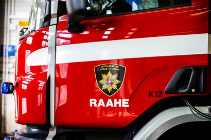 Henkilöauto osui rekkaan ja päätyi katolleen ojaan Revonlahdella