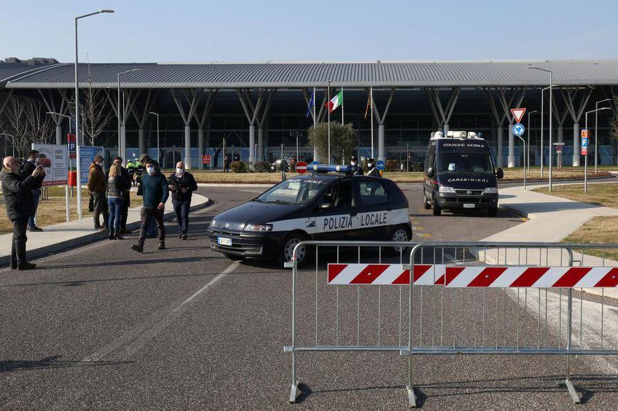 Italiassa on Euroopan maista todettuja koronavirustartuntoja nyt ylivoimaisesti eniten. Poliiseja sairaalan liepeillä Padovassa.