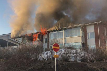 Luhtitaloasunnon parveke roihahti liekkeihin Kiimingissä – palokunta sai tilanteen hallintaan nopeasti, mutta palo levisi jonkin verran rakennuksen yläpohjaan