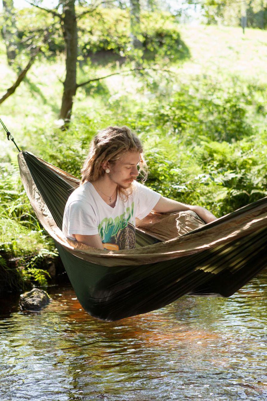 Leo oli virittänyt riippumattonsa pienen puron yli Ainolassa. Rajakylässä asuva mies sanoo tulevansa Ainolaan silloin tällöin, ja lomalla on aikaa nauttia kesäpäivistä. Riippumattolukemistoksi Leo oli valinnut tällä kertaa Tove Janssonin vuonna 1965 ilmestyneen kirjan Muumipappa ja meri.