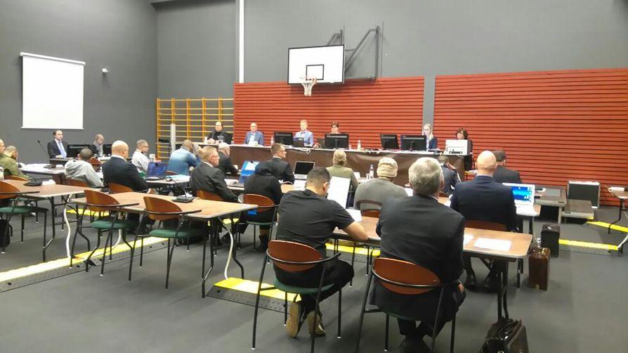 Oulun käräjäoikeus jatkoi torstaina laajan huumevyyhdin käsittelyä amfetamiiniin liittyvillä rikossyytteillä. Rikosvyyhden käsittely jatkuu perjantaina Oulun vankilan tiloissa.