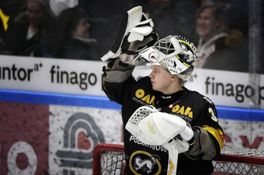 Kärppien ykkösmaalivahtina kaksi vuotta torjunut Veini Vehviläinen on solminut NHL-sopimuksen. Arkistokuva.