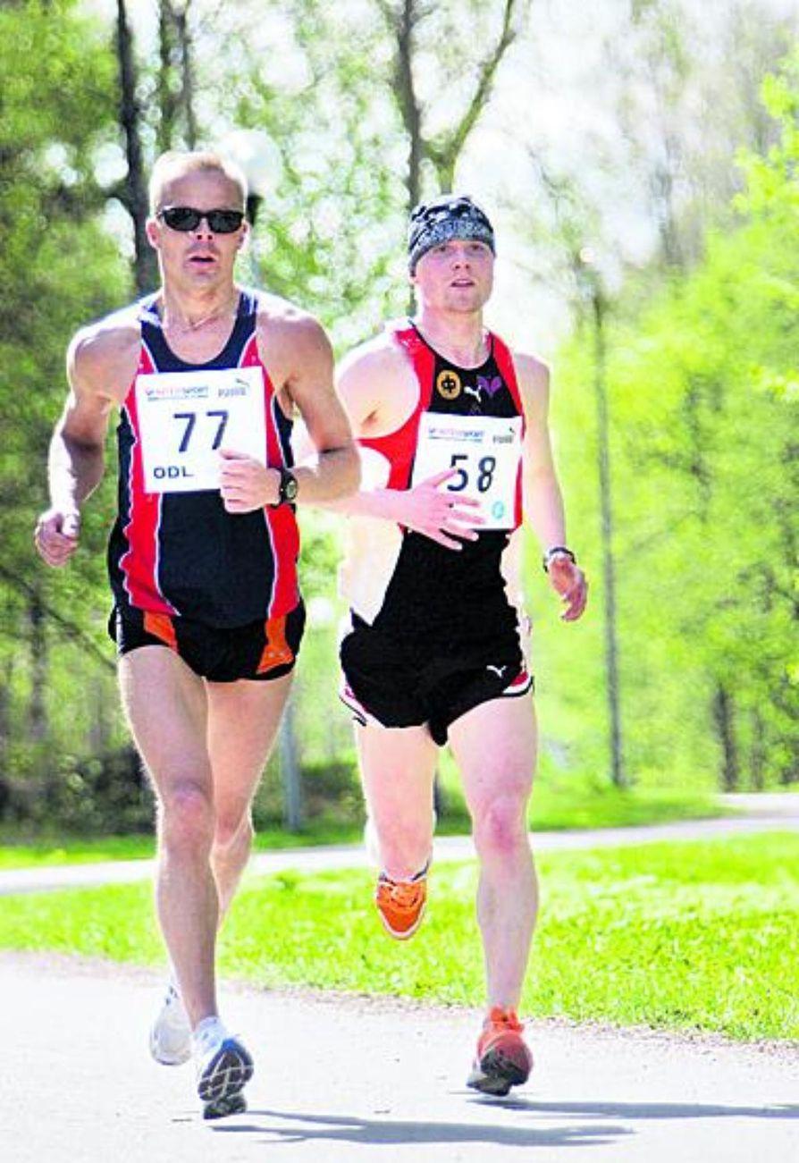 Teppo Ronkainen ja Pasi Hautamäki taivalsivat kolme neljäsosaa maratonista yhtä matkaa, kunnes Hautamäki sai vauhdista tarpeekseen. Ronkainen tuli maaliin yksinäisenä sutena.