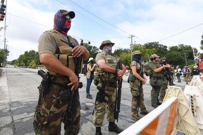 """Analyysi: Rynnäkkökivääreitä kantavat tee se itse -joukot marssivat Yhdysvaltain kaduilla – Mitä ovat """"militiat"""" ja miksi ne ovat nousussa juuri nyt?"""