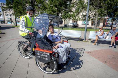 Riksapyörät saapuivat kaupunkiin: vanhus pääsee riksa-ajelulla ulkoilemaan